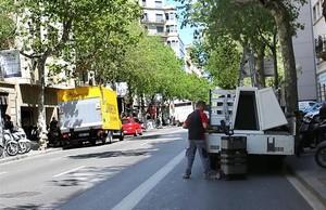 Transportistas descargando en el carril bus-taxi.