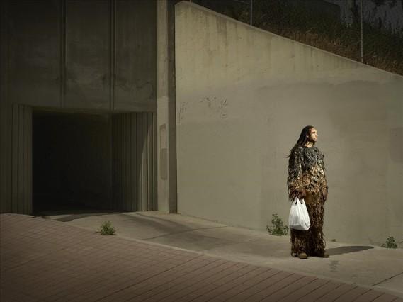 Jabari Farrow con una bolsa de la compra en el pellejo delChewbacca de 'StarWars'.