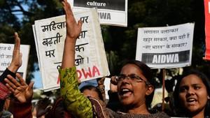 Activistas indias gritan en una protesta en Nueva Deli contra la violación en grupo de dos niñas en el vecino estado de Haryana, en el norte de la India, el 17 de enero.