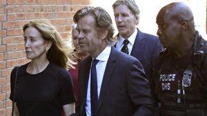 La actriz Felicity Huffman y su marido llegan al juzgado para recibir la sentencia, este viernes.