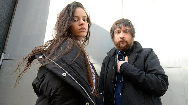 Rosalía i Refree interpreten en acústic el tema 'Día 14 de abril'.