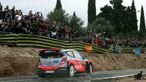 La afición espolea a Dani Sordo durante el tramo de La Figuera, ayer en el RallyRACC.