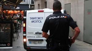 Un agente de la Policía Nacional en el lugar en el que un hombre ha sido detenido por la muerte de su mujer.