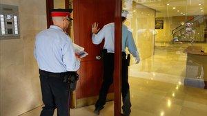 Agentes de los Mossos aconsejan a vecinos sobre los posibles robos estivales.