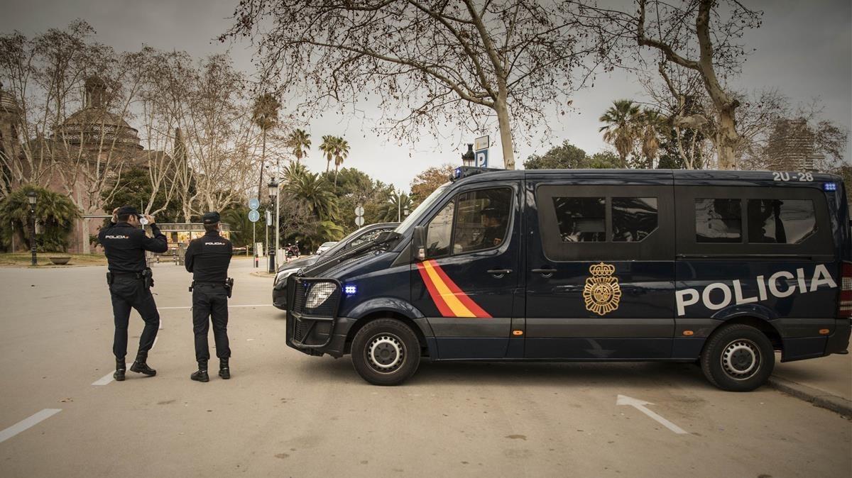 Agentes de la Policía Nacional en el parque de la Ciutadella, Barcelona, el pasado 25 de enero