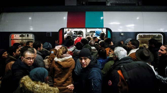 Aglomeraciones en los trenes de París por la huelga de transporte.