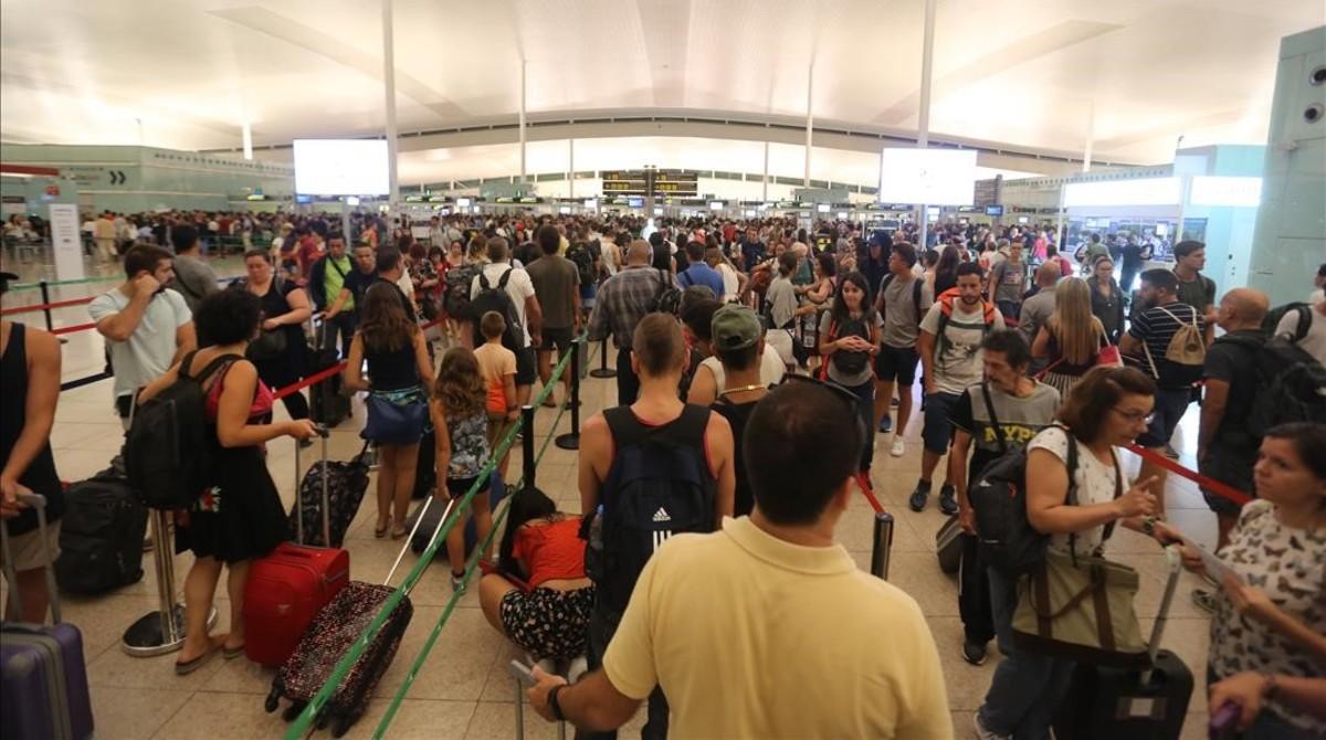 Aglomeraciones de pasajeros en el control de seguridad del aeropuerto de Barcelona.