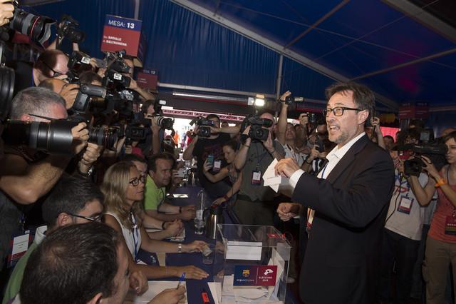Agustí Benedito, cuarto andidato en votar, deposaita su papeleta en la urna.