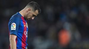 Alcácer abandona decepcionado el Camp Nou tras el 0-0 ante el Málaga.
