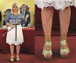 La alcaldesa de Jerez, Mamen Sánchez, el día de la investidura. A la derecha, detalle de sus zapatos.