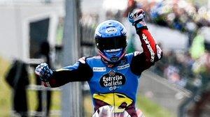Àlex Márqez (Kalex) cruza triunfal la meta de Sachsenring (Alemania), recuperando el liderato del Mundial de Moto2.