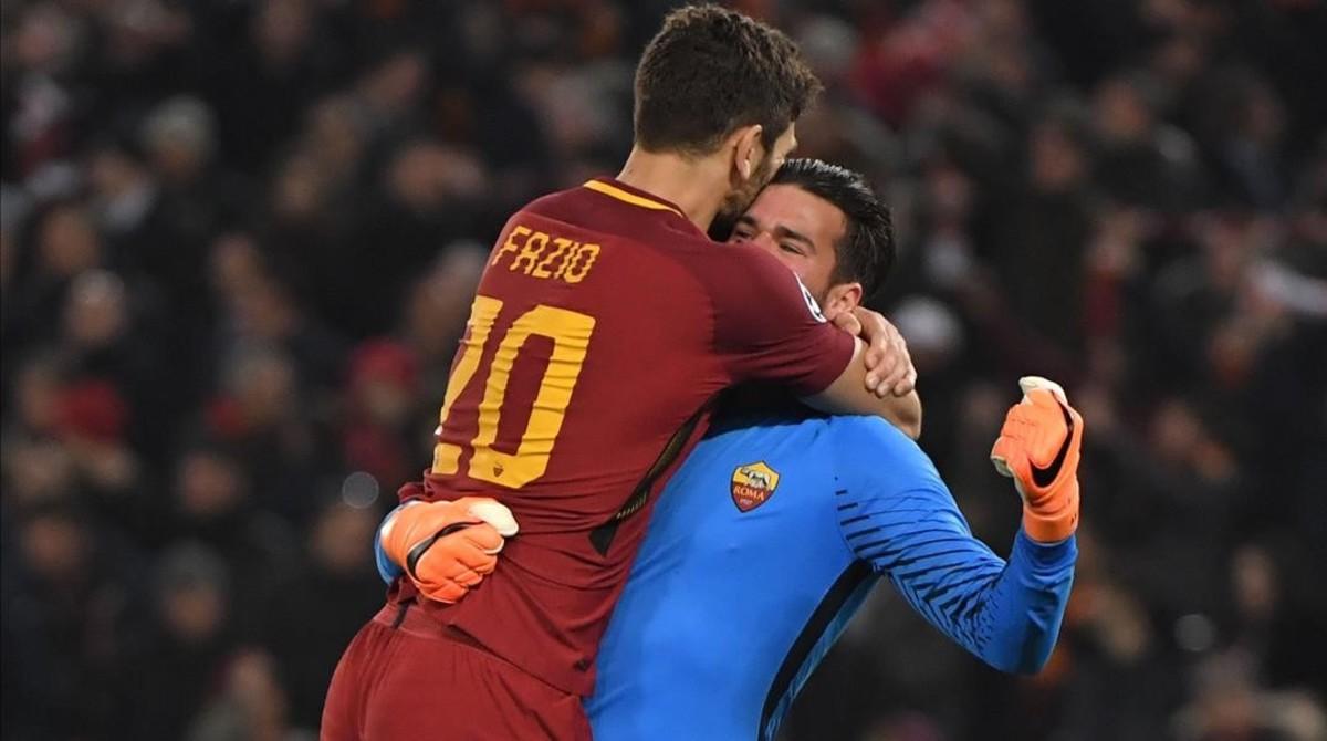 Alisson se abraza a Fazio después de que el Roma eliminara al Shakhtar Donetz en la Champions el pasado mes de marzo.