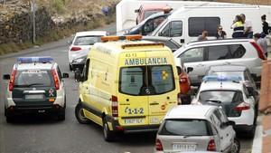 Ambulancias y vehículos policiales frente a la casa de la familia hallada muerta en La Orotava.