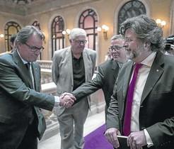 Artur Mas y Antoni Castellà (derecha), en los pasillos del Parlament, este jueves, 4 de junio.