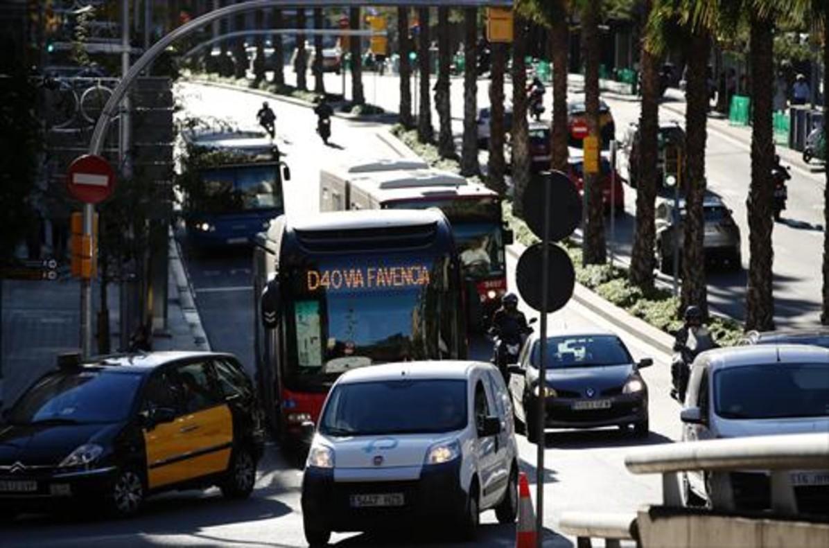 Un autobús de la nueva línea radial D-40, a su paso por la Travessera de Dalt, ayer.