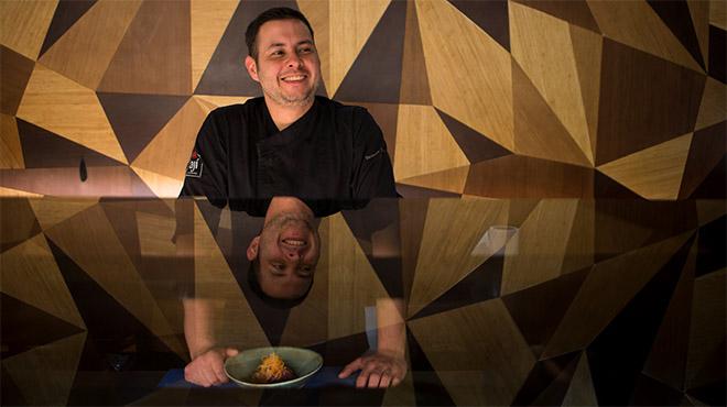 Santiago Forero, del restaurante Ají, prepara uncebiche de atún.
