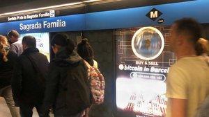Anuncio de compraventa de bitcóin en la estación de metro de Sagrada Família de Barcelona.