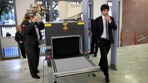 Un asistenteauna boda pasa por el detector de metales del Registro Civil de Barcelona, el pasado 16 de diciembre.