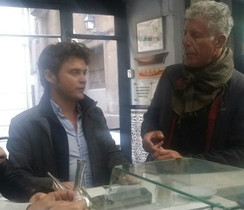 Anthony Bourdain (derecha) yMatt Goulding, en el bar La Plata de Barcelona.