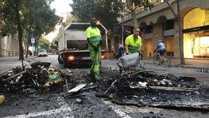 Una brigada de limpieza, en la calle de Consell de Cent con Pau Claris.