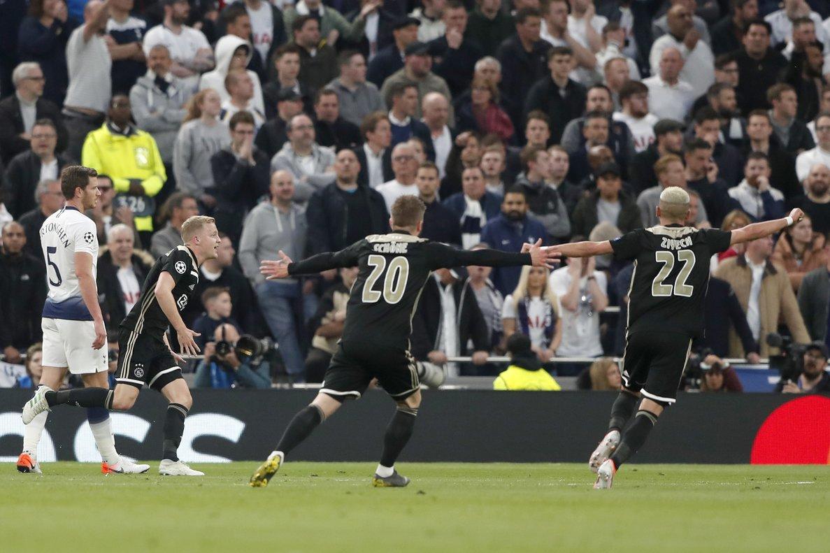 Los jugadores del Ajax celebran el 0-1 en el estadio del Tottenham.