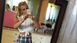 Britney Spears genera polémica por abusar del Photoshop en un selfie.
