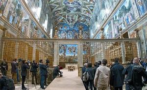 La capilla Sixtina, durante la visita de los medios de comunicación, ayer, mientras los operarios acababan los arreglos en la sala.