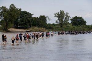 GUA23 TECUN UMAN GUATEMALA 29 10 2018 - Integrantes de la segunda caravana de migrantes en su mayoria hondurenos cruzan a pie el rio Suchiate por una parte que no es muy profunda y que separa a Guatemala de Mexico en un nuevo intento por continuar su travesia hacia Estados Unidos hoy lunes 29 de octubre de 2018 en Tecun Uman Guatemala Esta es una segunda caravana de migrantes despues de que el pasado 13 octubre saliera de San Pedro Sula Honduras otra ahora formada por unas 7 000 personas que camina por territorio mexicano con direccion a Estados Unidos tras atravesar Guatemala EFE Esteban Biba