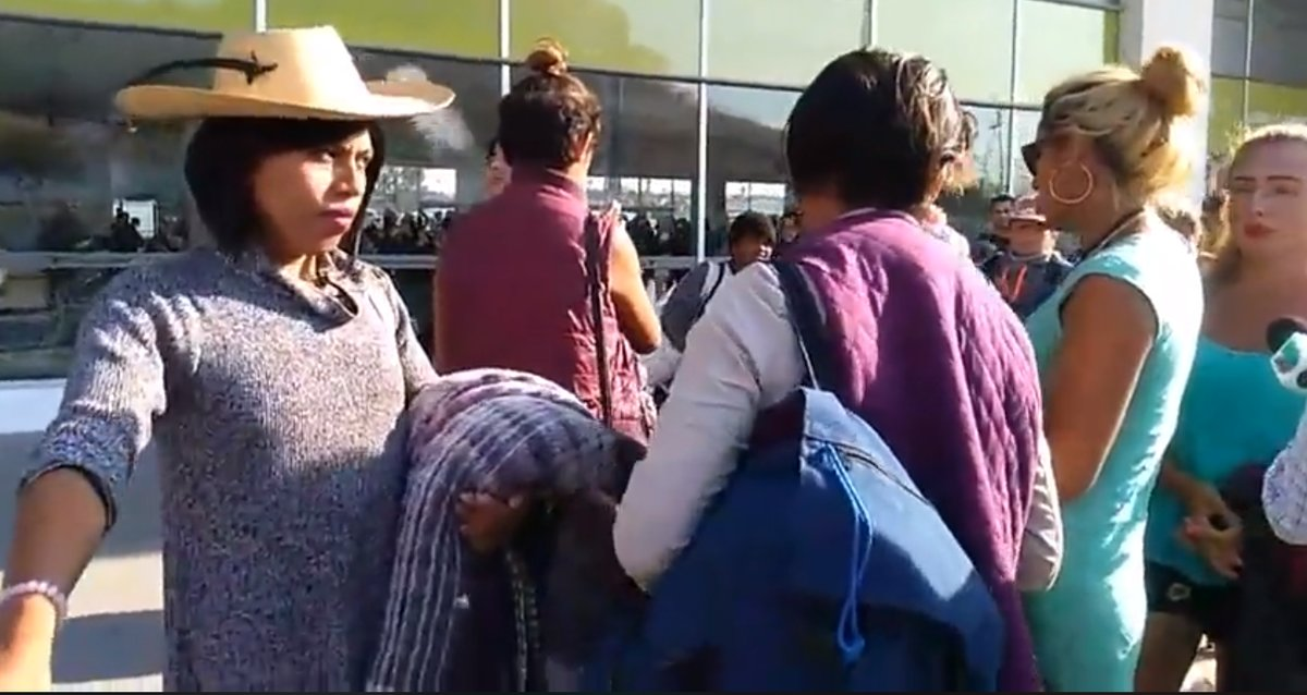 Llegan a Tijuana migrantes LGBT, los primeros de la caravana de centroamericanos.