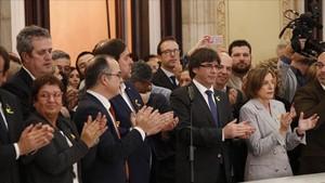Carles Puigdemont y Carme Forcadell, tras la aprobación de la DUI en el Parlament el 27 de octubre del 2017.