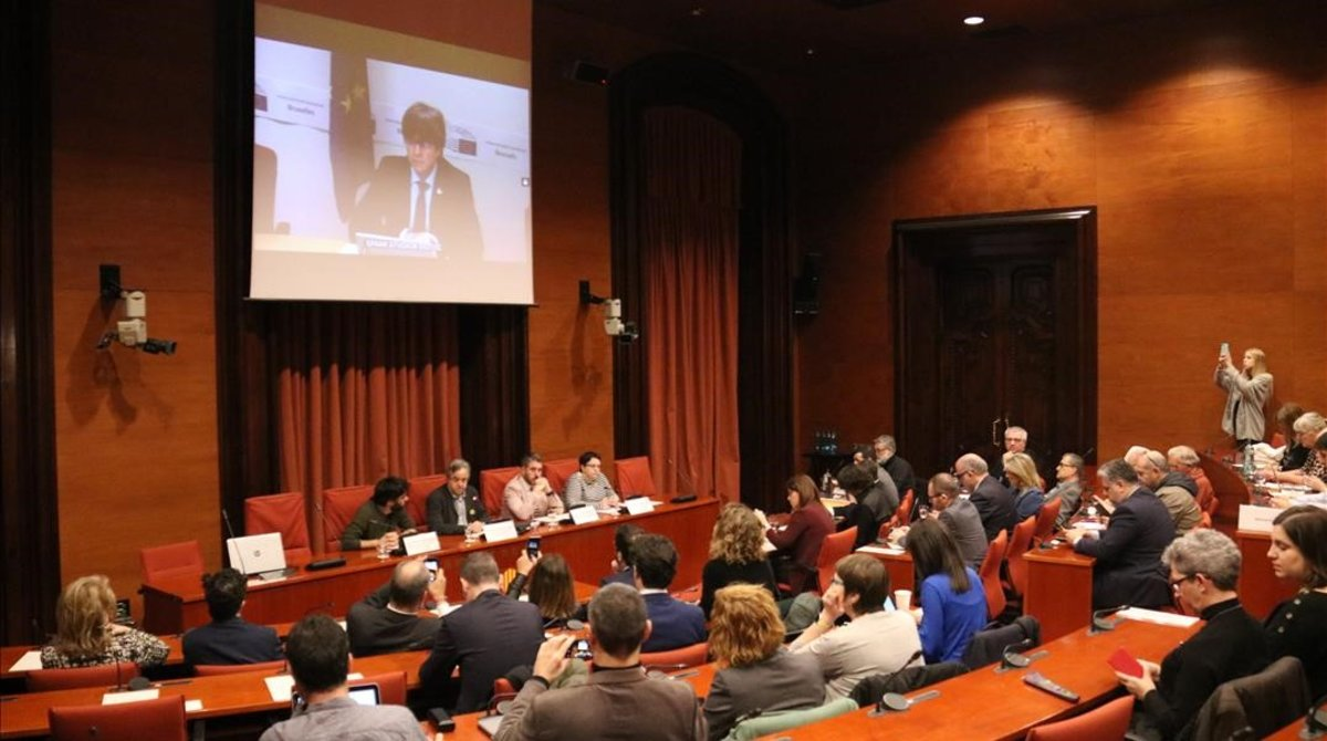 Carles Puigdemont comparece desde el Parlamento Europeo en la comisión de investigación del 155 en el Parlament.