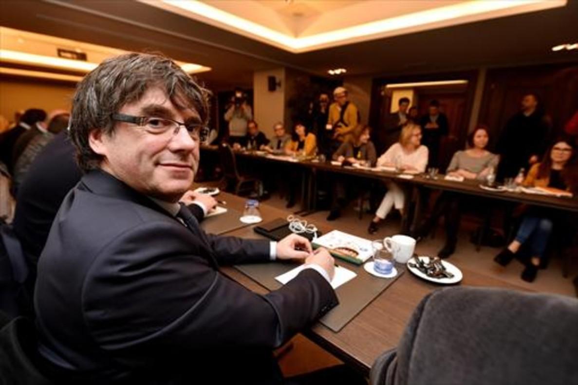 Carles Puigdemont, durante la reunión con diputados de su partido, JxCat, en Bruselas, el pasado miércoles.