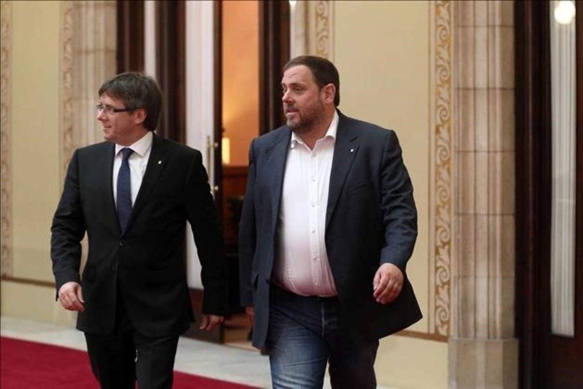Carles Puigdemont y Oriol Junqueras, tras una reunión en el Parlament.
