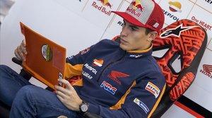 El catalán Marc Márquez (Honda) repasa el plan de trabajo del primer día de test, en Valencia, del pasado martes.
