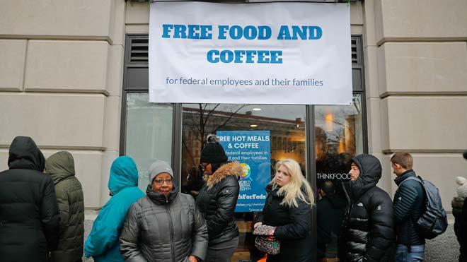El chef José Andrés reparte comida a los funcionarios afectados por el cierre de la Administración Trump.