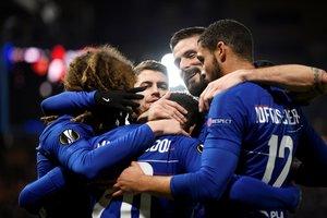 Los jugadores del Chelsea se abrazan tras marcar al Malmoe.