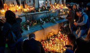 Ciudadanos búlgaros encienden velas durante un homenaje en memoria de la periodista búlgara Viktoria Marinova, en la ciudad de Ruse,en el 2018.