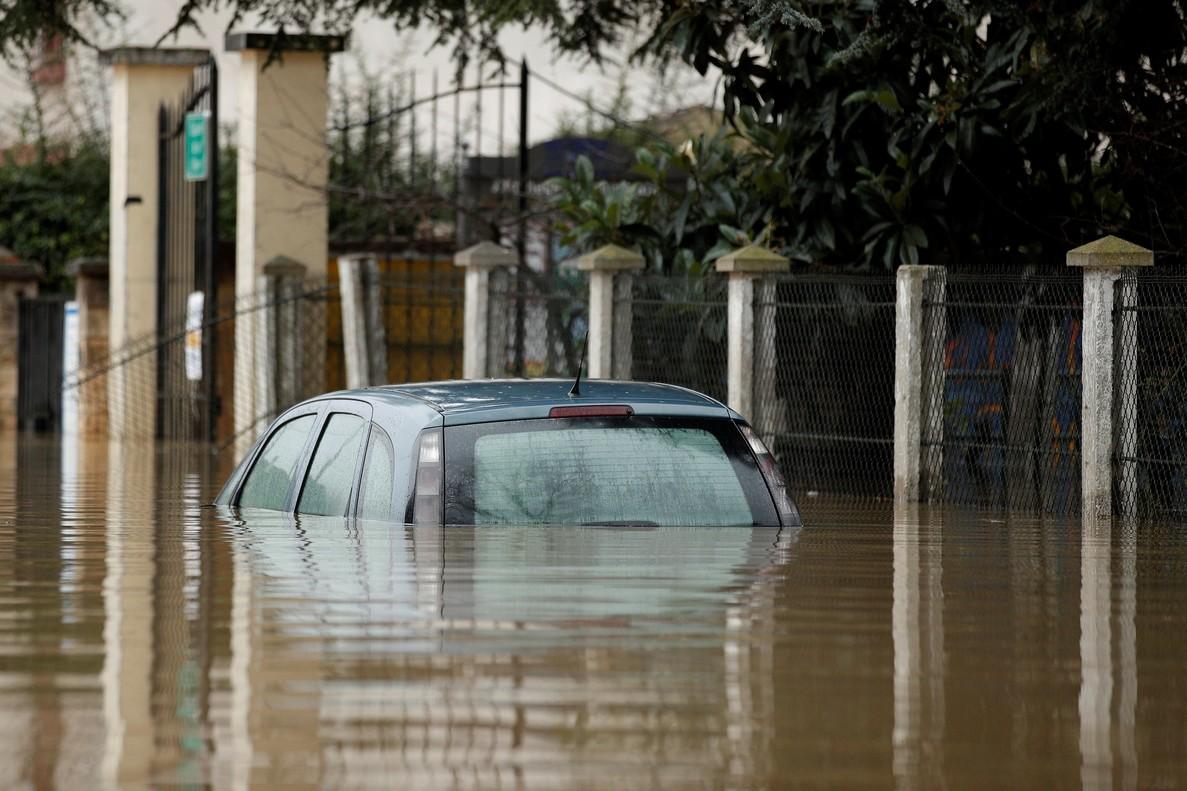Un coche sobrepasado por el agua que inunda las calles en Paris por el desbordamiento del río Sena.