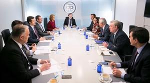 GRAF4637 MADRID,19/2/2018.- Fotografía facilitada por el Partido Popular del presidente del Gobierno y del PP, Mariano Rajoy,c., durante la reunión del Comité de Dirección del PP, celebrado hoy en la sede de Genova. EFE/ Tarek
