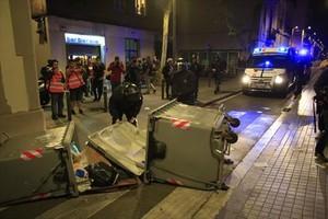 Contenedores tumbados y coches de la policía en Gràcia, la noche del martes.