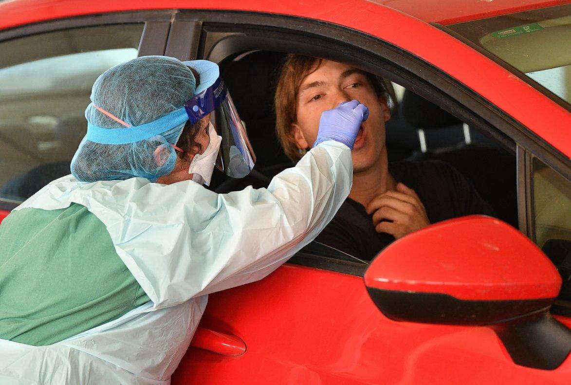 Una enfermera realiza el test de coronavirus a un conductor en Australia.