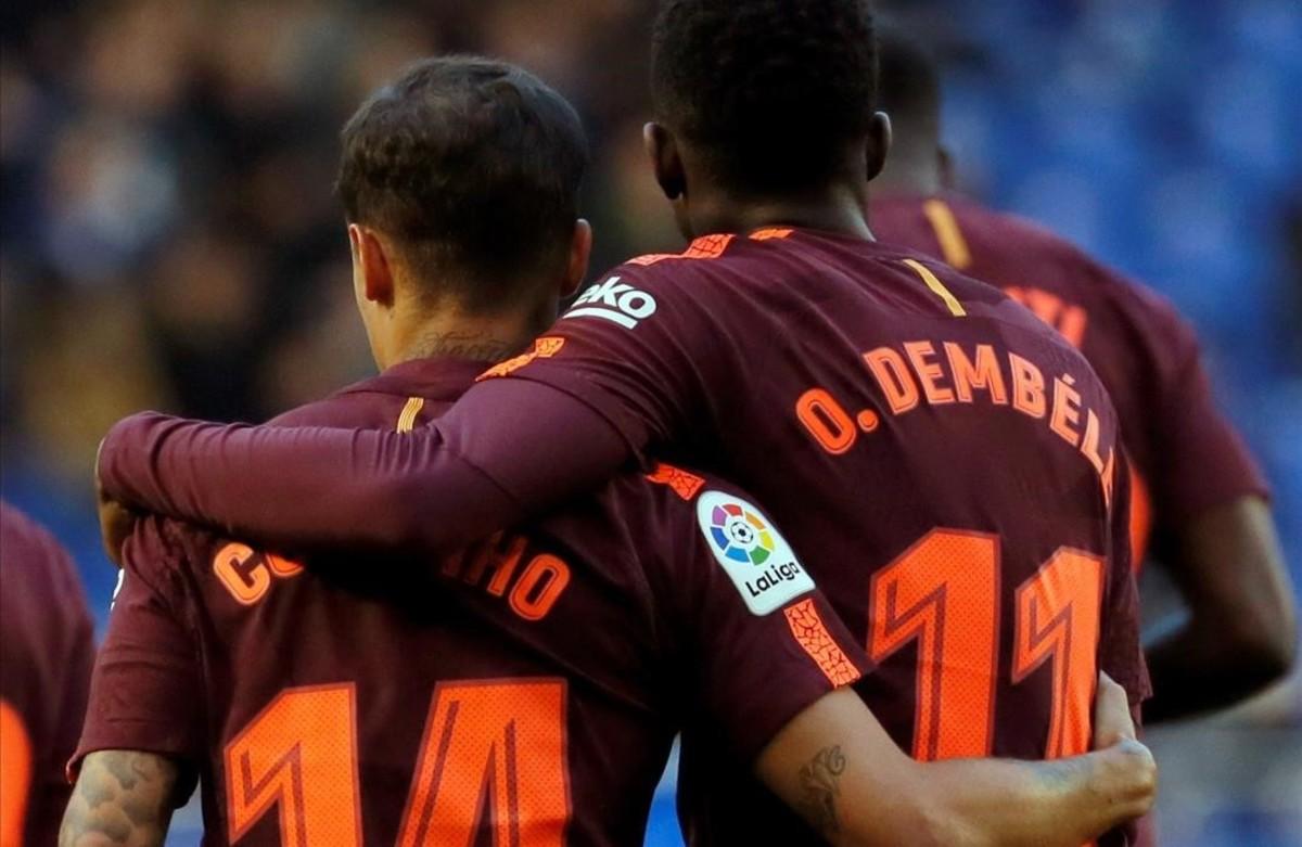 Coutinho y Dembélé se abrazan en Riazor tras el 0-1 anotado por el brasileño.