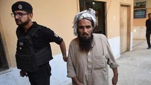 Una de las personas detenidas en relación al asesinato de la pareja recién casada en Karachi.
