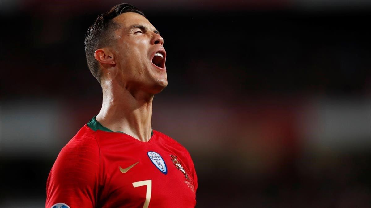 Cristiano Ronaldo se lamenta de una ocasión fallada ante Ucrania en Lisboa.