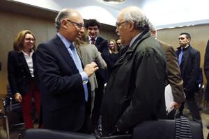 Cristóbal Montoro parla amb Andreu Mas-Colell, en la reunió de consellers d'Economia, el 18 de desembre a Madrid.