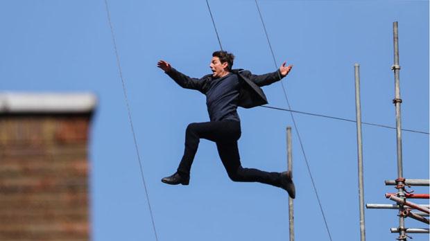 Tom Cruise salta durante el accidentado rodaje de una escena de Misión imposible 6, en Londres.
