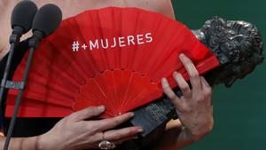 Detalle del abanico rojo de los premios Goya con el lema #MasMujeres.