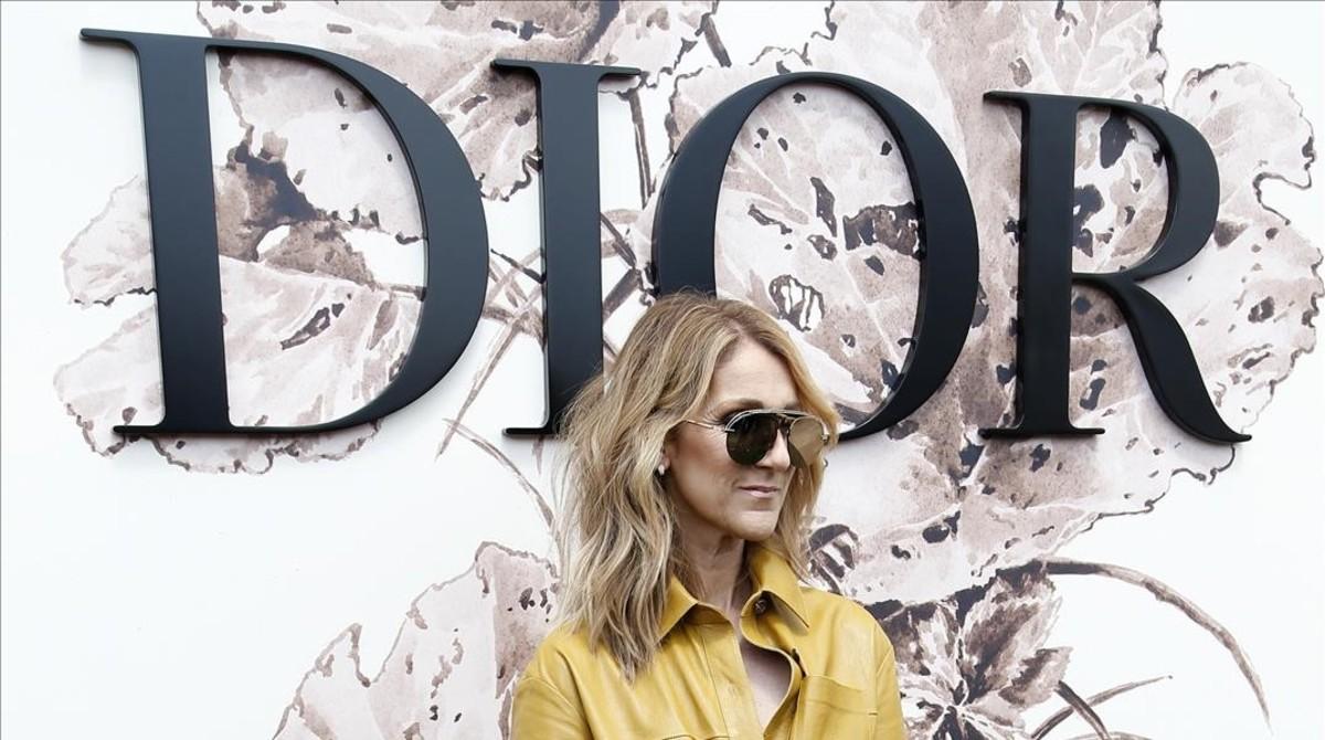 Céline Dion posa en el 'photocall' del desfile de Dior.