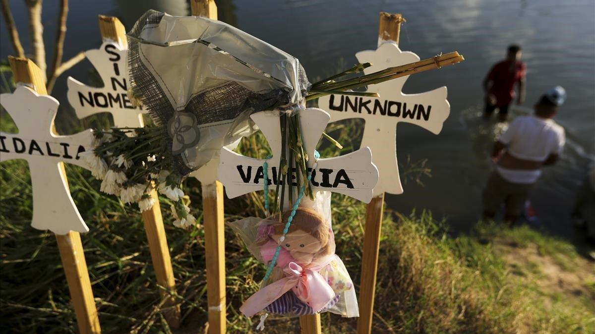 Unas cruces en la orilla del Río Grande a su paso por la ciudad mexicana de Matamorosrecuerdas a laspersonas muertas en su intento por llegar a Estados Unidos.