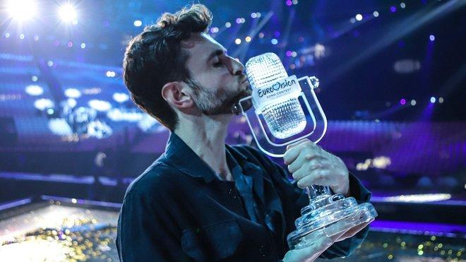 Duncan Laurence con el micrófono de cristal.